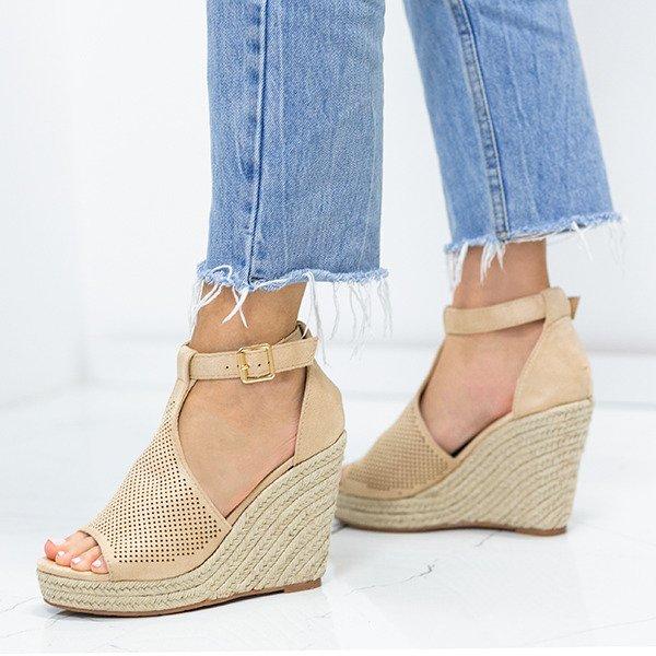3f047a3f726f9f Kliknij, aby powiększyć · Beżowe sandały na koturnie z ażurowym  wykończeniem Fastina - Obuwie