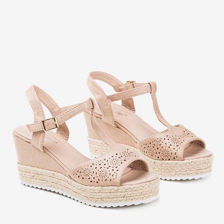 Beżowe ażurowe sandały damskie na koturnie Moris - Obuwie