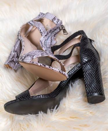 Beżowe sandały w wężowy wzór Mamba - Obuwie