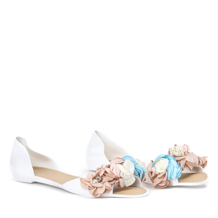Białe meliski z ozdobnymi kwiatami Manami - Obuwie