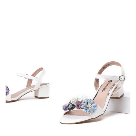 Białe sandały na niskim słupku z kwiatami Padi - Obuwie