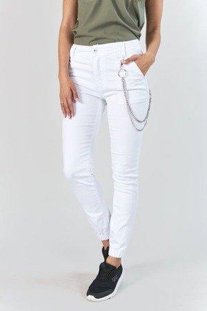 Białe spodnie damskie cargo z łańcuchem - Spodnie