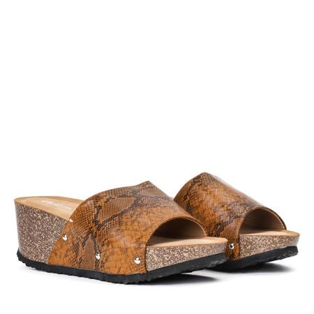 Brązowe klapki na koturnie a'la skóra węża Perales - Obuwie