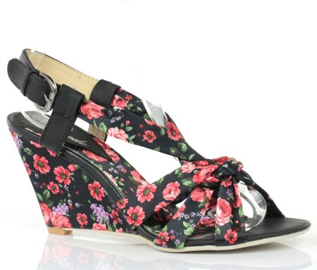 Czarne sandały na koturnie - Obuwie