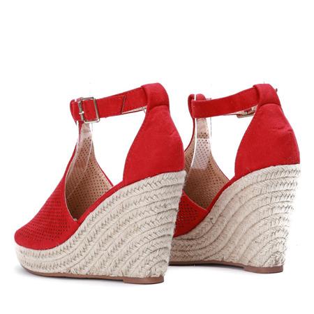 Czerwone sandały na koturnie z ażurowym wykończeniem Fastina - Obuwie
