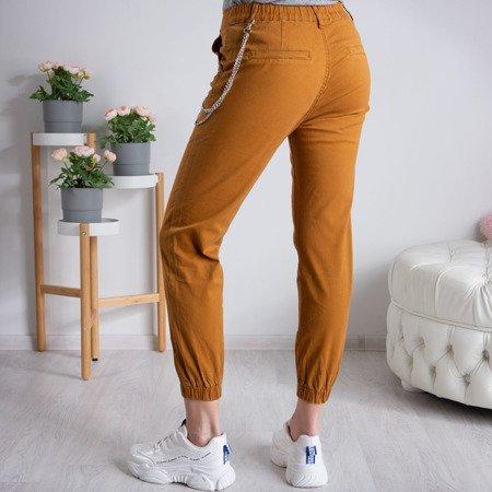Musztardowe spodnie damskie cargo z łańcuchem - Spodnie