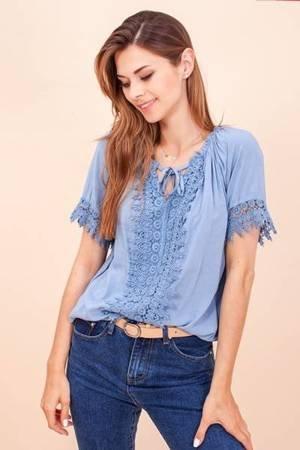 Niebieska damska bluzka z koronką- Odzież