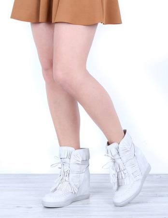 Szare sneakersy na krytym koturnie Emerson - Obuwie
